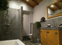 compleet overzicht badkamer zonder eiken spanten in beeld